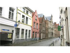 Modern 2-slaapkamerappartement met een zeer centrale ligging te huur in het centrum van Brugge, tussen de Steenstraat en de Noordzandstraat. Ideaal vo