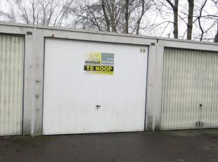 Garagebox met goede ligging te koop in Sint-Michiels Brugge. Ideaal voor de buurtbewoners die een veilige plaats zoeken om hun waardevol voertuig te s