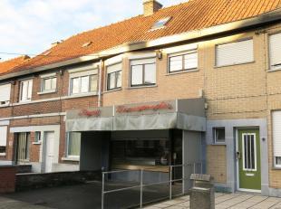 Dit handelspand met woonst en garage heeft een uitstekende ligging in een ruime residentiele woonwijk van Rumbeke Roeselare nabij het Sterrebos. Voorh