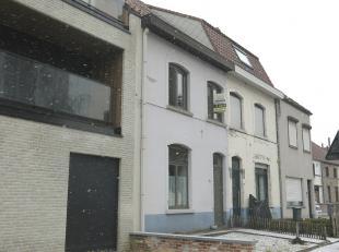 Deze vernieuwde woning met garage en tuin is zeer gunstig en centraal gelegen in Sint-Michiels, vlakbij scholen en expresweg en met een vlotte verbind