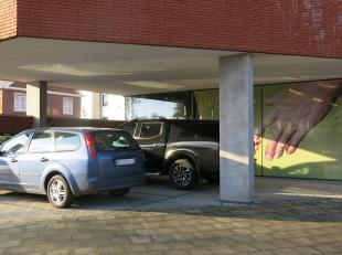 Overdekte autostandplaats te huur aan de kruising van de Torhoutse Steenweg en de Hertogenstraat in Sint-Andries.Onmiddellijk vrij !