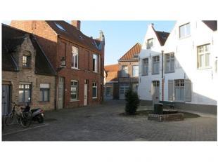 Deze gezellige en praktische Brugse 3-slaapkamerwoning met terras is zeer rustig gelegen in het centrum van Brugge en kijkt uit op een rustig en autol
