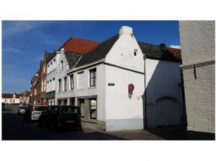 In centrum Brugge, tussen de Coupure en het Astridpark Deze karaktervolle woning met terras en garage heeft een uitstekende ligging tussen de Coupure