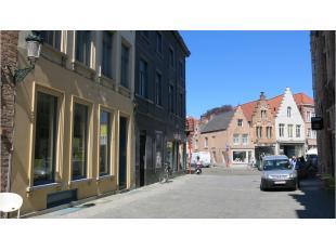 Deze handelsruimte is commercieel gelegen in het centrum van Brugge, tussen de twee belangrijkste winkelstraten in Brugge, vlakbij 't Zand en de onder