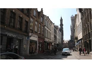 Dit handelspand heeft een uitstekende ligging in het centrum van Brugge tussen de Markt en de theaterplaats. Een commerciele en toeristische toplocati