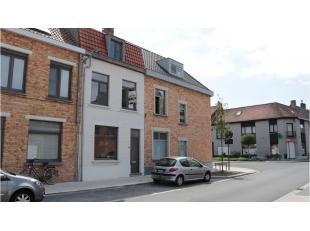 Deze gerenoveerde 3-slaapkamerwoning met ruim terras is centraal gelegen in Assebroek met een vlotte verbinding naar de ring, het centrum van Brugge e