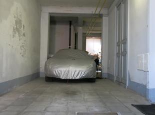 Zeer ruime garage te huur in het centrum van Brugge, op wandelafstand van het Koningin Astridpark. Met een opp. van 60 m² heeft deze garage de mo