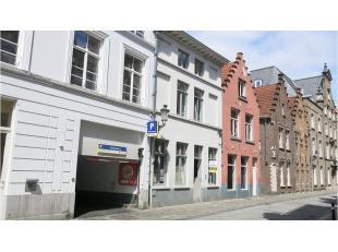 Deze opbrengsteigendom met praktijk en 3 moderne appartementen heeft een interessante ligging in het historisch centrum van Brugge. Centrale topliggin