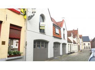 Dit vernieuwd 1-slaapkamerappartement is rustig gelegen in een zijstraat van de Smedenstraat, vlakbij winkels, 't Zand en het centrum Van Brugge. Dit
