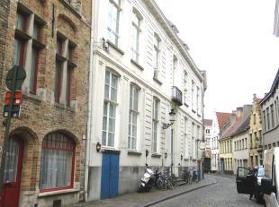 Ongemeubelde duplexstudio met centrale ligging in de Brugse binnenstad. Vlakbij diverse winkels, het openbaar vervoer en op een 300 m van de markt. Ge