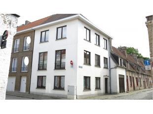 Gezellige en lichtrijke studio met een rustige ligging in het centrum van Brugge, vlakbij het Astridpark en diverse winkels.Bestaande uit een inkom, l