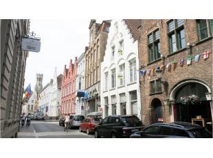 Gezellig dakappartement te huur in een karaktervol herenhuis gelegen in het hartje van Brugge, vlakbij de markt.Bestaande uit een inkom, living met op