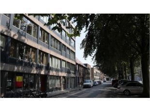 Dit 2-slaapkamerappartement is centraal gelegen aan het Beursplein, vlakbij de Vesten, de Smedenstraat, 't Zand en het centrum van Brugge. Vlotte verb
