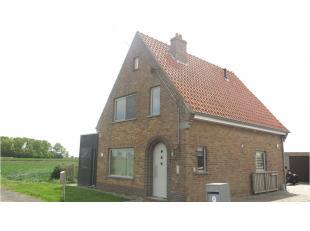 Deze vrijstaande woning met garage en grote tuin is rustig gelegen in Zuienkerke, tussen Brugge en Blankenberge en heeft een vlotte verbinding naar de