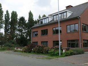 Dit ruim en lichtrijk gelijkvloers 2-slaapkamerappartement met garage is zeer rustig gelegen in aangename woonwijk in Sijsele.Bestaande uit een inkom,