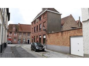 Authentieke ruime 4-slaapkamerwoning met terras en garage te huur in het hartje van Brugge. Deze woonst biedt u alle rust op een makkelijk bereikbare