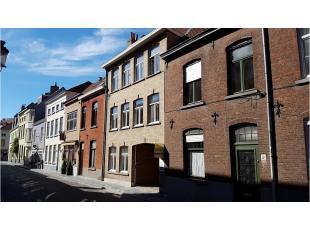 Dit volledig vernieuwd gelijkvloersappartement is heel centraal gelegen in de Brugse binnenstad, vlakbij diverse winkels.Bestaande uit een inkom, afzo
