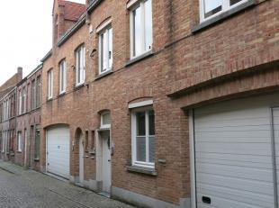 Deze prachtig gerenoveerde bel-etage woning met 2 slaapkamers en ruim terras heeft een zeer goede ligging vlakbij 't Zand en de winkels in de Smedenst