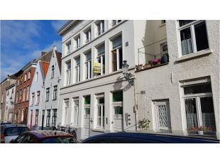 Dit gezellig en lichtrijk 2-slaapkamerappartement heeft een interessante ligging in het centrum van Brugge, op wandelafstand van de grote markt en het