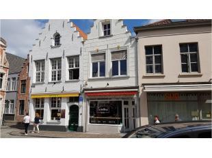 Dit handelspand heeft een toeristische ligging in het centrum van Brugge vlakbij de Markt en diverse hotels. Thans uitgebaat als patisserie.Bestaande