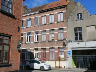 Deze ruime 3-slaapkamerwoning met stadsterras is rustig gelegen in het centrum van Brugge, dichtbij winkels, parking 't Pandreitje en het Astridpark.