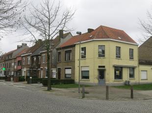 Dit handelspand met woonst en garage heeft een interessante ligging vlakbij de Sint-Jozefskerk in een aangename en dichtbevolkte woonwijk net buiten h