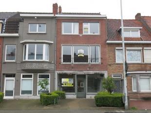 Dit handelspand met woongelegenheid en terras heeft een goede commerciele ligging langs een drukke invalweg naar het centrum van Brugge. Handelspand g