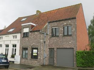 In de schaduw van de historische kerk van Koolkerke bevindt zich deze woning met 3 slaapkamers en garage. Het uitgestrekte landschap brengt u welverdi