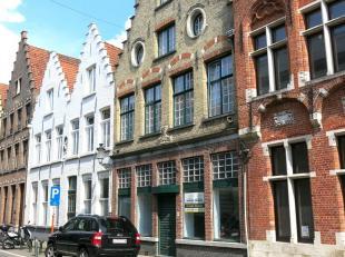 Dit handelspand in 2 verdiepingen heeft een zeer commerciele en toeristische ligging in het centrum van Brugge vlakbij de Vismarkt, diverse horecazake
