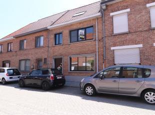 Deze ruime 3-slaapkamerwoning met tuin en terras is uitstekend gelegen in Sint-Jozef, net buiten het centrum Brugge. Een praktische en comfortabele wo