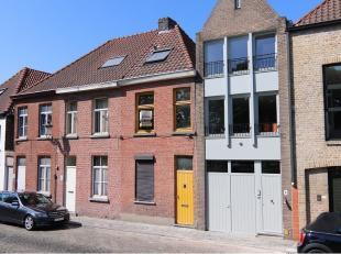 Deze gerenoveerde 3-slaapkamerwoning met terras is perfect gelegen aan de Kruisvest in Brugge. Vlakbij de molens, het centrum van Brugge en diverse wi