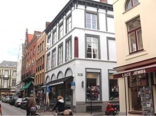 Een uniek 1-slaapkamerappartement gelegen in het hartje van Brugge op een steenworp van de grote Markt. De ideale woongelegenheid voor ieder die in al