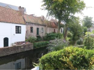 Deze charmante en lichtrijke woning is zeer rustig gelegen op een unieke locatie in het centrum van Brugge en omvat een zonnig terras waar je in alle
