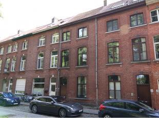 Instapklare 3-slaapkamerwoning met ruim terras te huur op een rustige ligging in het centrum van Brugge vlakbij diverse winkels, het station, 't Zand