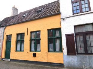 Vernieuwde en karaktervolle Brugse woning gelegen vlakbij de Langerei in het centrum van Brugge. Bestaande uit een inkom, gezellige living met authent