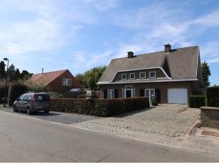 Deze ruime villa-woning met 4 slaapkamers, garage en zonnige tuin is zeer rustig gelegen in Houthulst. Een degelijke en karaktervolle woonst in Franse