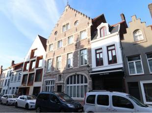 Dit vernieuwd en instapklaar appartement is goed gelegen langs een invalsweg naar het centrum van Brugge, op een 500 m van de Grote Markt. Dichtbij di