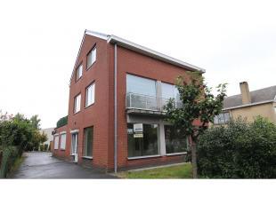Dit ruim en volledig vernieuwd 3-slaapkamerappartement met garage en tuin heeft een uitstekende ligging in Sint-Michiels, vlakbij het centrum van Brug