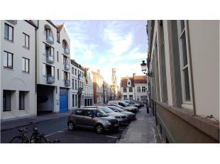 Ondergrondse afgesloten motorstandplaats gelegen in de Garenmarkt, dichtbij de Markt in het centrum van Brugge.Vrij vanaf 1 januari 2020
