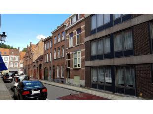 Deze volledig vernieuwde herenwoning met ruim terras is centraal gelegen vlakbij de vesten, de Smedenstraat en het centrum van Brugge. De kwalitatieve