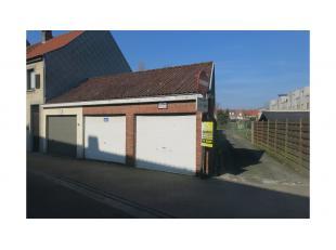 Garagebox met zolderruimte te huur te Sint-Kruis.Een veilige en beschutte plaats om uw wagen te stallen.Afmetingen garage: 5 m x 3 mPoort : hoogte: 2
