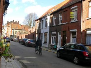 Deze ruime woning heeft een interessante ligging in het centrum van Brugge, dichtbij diverse winkels en op wandelafstand van de kleine ring. Ideaal vo