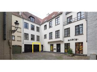 Garagebox te huur in het centrum van Brugge. Uitstekend gelegen in een zijstraat van de Geldmuntstraat, een buurt met weinig parkeermogelijkheid ! Een