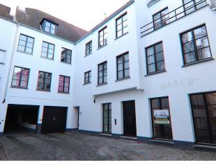 Polyvalente handelsruimte ( kantoor- of winkelruimte ) te huur in een zijstraat van de Geldmuntstraat in het historisch centrum van Brugge.Geschikt vo