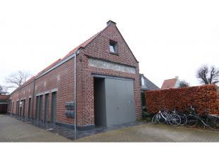 Deze recent vernieuwde wooneenheid met terras en autostandplaats heeft een interessante ligging in Torhout. Op wandelafstand van het centrum, winkels,