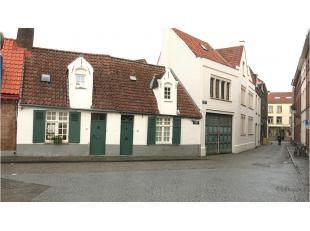 Gerenoveerde Brugse stadswoning met authentieke voorgevel vlakbij de Katelijnenpoort en het Minnewater. Deze knusse woning is ideaal gelegen in het hi