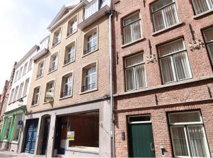 Dit ruim recent vernieuwd 2-slaapkamerappartement heeft een interessante ligging in het centrum van Brugge, vlakbij de Markt en de theaterplaats. Voll