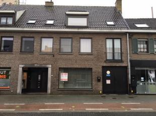 Volledig gerenoveerd appartement gelegen op de gelijkvloerse verdieping in het centrum van Sijsele. Als volgt ingedeeld: kleine inkom, leefruimte met