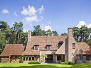 Smaakvolle en tijdloze alleenstaande villa op een groot terrein van 3500 m², gelegen in een doodlopende straat. Prachtige residentiële liggi