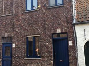 Charmant rijhuisje gelegen in het centrum van Brugge, nabij de coupure.<br /> Als volgt ingedeeld: volledig ingerichte keuken, berging met aansluiting